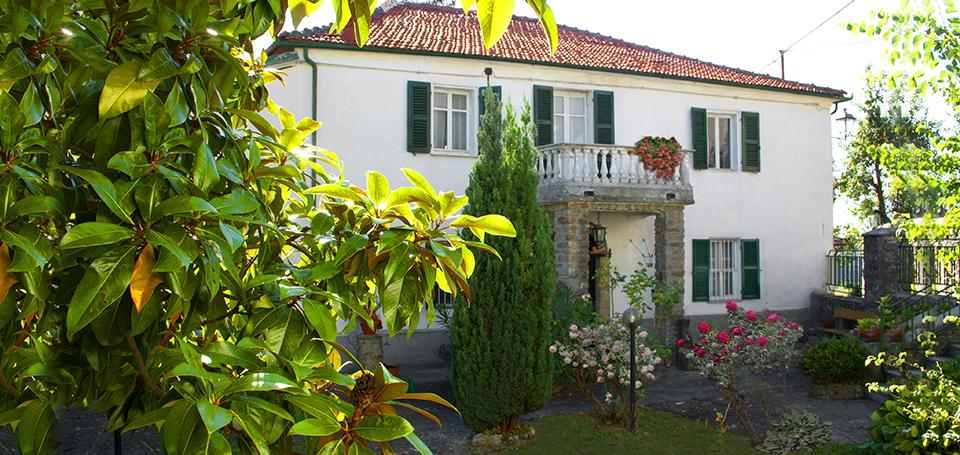 Casa Grassi Serole facciata e giardino delle rose